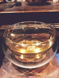 La ceremonia de té, pequeña taza de cristal ligera de té imagen de archivo libre de regalías