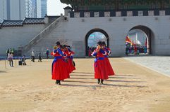 La ceremonia del cambio guarda en Corea del Sur del palacio de Gyeongbokgung Fotografía de archivo libre de regalías