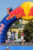 La cerimonia di apertura degli intercettori della collina di Red Bull dal cavaliere campestre ucraino Yana Belomoina del mtb fotografia stock libera da diritti