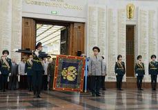 La cerimonia di assegnazione all'insegna nel corridoio di gloria militare del museo di grande guerra patriottica con collina di P Fotografia Stock