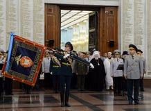 La cerimonia di assegnazione all'insegna nel corridoio di gloria militare del museo di grande guerra patriottica con collina di P Immagine Stock