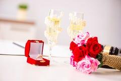 La cerimonia di nozze con la moglie ed il marito fotografia stock