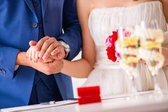 La cerimonia di nozze con la moglie ed il marito fotografia stock libera da diritti