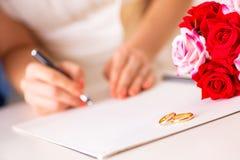 La cerimonia di nozze con la moglie ed il marito immagini stock libere da diritti