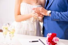 La cerimonia di nozze con la moglie ed il marito immagini stock