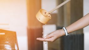 La cerimonia di pulizia, padiglione del lavaggio della mano prima fornisce il portone del santuario nel Giappone Religione e cult immagini stock libere da diritti