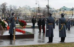 La cerimonia di stenditura fiorisce e si avvolge al monumento al maresciallo Georgy Zhukov durante la celebrazione della protezio Immagine Stock Libera da Diritti