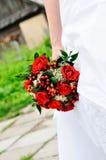 La cerimonia nuziale della holding della sposa fiorisce il mazzo Immagine Stock
