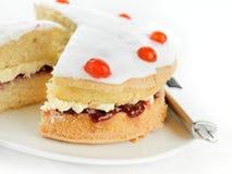 La cerise a complété le gâteau mousseline Photo stock