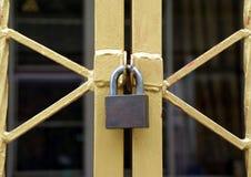 La cerradura en la cerca del metal del oro, forma del parecer de la cerca X fotografía de archivo