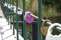 la cerradura en el oeste en el puente como símbolo del amor Imagenes de archivo