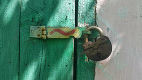 la cerradura en el viejo verde de la puerta Fotos de archivo
