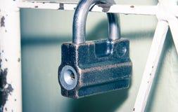La cerradura en la puerta del enrejado Imagenes de archivo