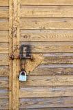 La cerradura en la puerta del garaje Imagen de archivo