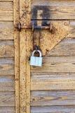 La cerradura en la puerta del garaje imagenes de archivo
