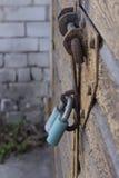 La cerradura en la puerta del garaje imagen de archivo libre de regalías