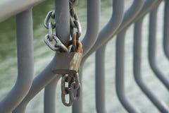 La cerradura oxidada en la cadena imagenes de archivo