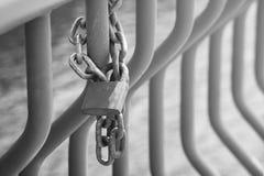 La cerradura oxidada en la cadena fotografía de archivo libre de regalías