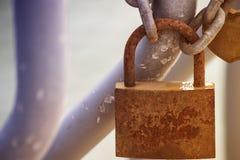 La cerradura oxidada en la cadena imágenes de archivo libres de regalías