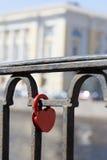 La cerradura roja en un cercado Imagen de archivo libre de regalías