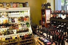 La cerveza bebe la tienda del alcohol Fotografía de archivo libre de regalías