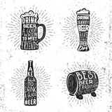 La cerveza creativa fijó con el vidrio, la taza, el resplandor solar de la botella y las letras Foto de archivo