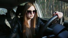 La cerveza de consumición bebida del conductor femenino en el coche, cae dormido en la rueda metrajes