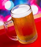 La cerveza en vidrio muestra las cervezas y el refresco de la pinta imagen de archivo libre de regalías