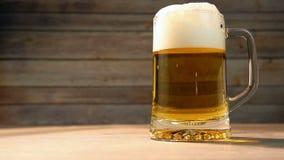 La cerveza está vertiendo