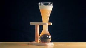 La cerveza ligera de la élite se está vertiendo en un vidrio curvado almacen de video