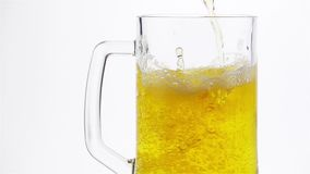La cerveza ligera se vierte en una taza de cerveza metrajes