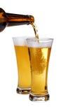 La cerveza que es vierte sobre un vidrio Fotografía de archivo libre de regalías