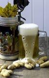La cerveza Runneth encima Foto de archivo libre de regalías