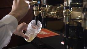 La cerveza se vierte en un vidrio metrajes