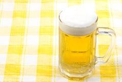 La cerveza vertió en una taza Fotos de archivo libres de regalías