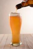La cerveza vierte la botella superior del oscilación Fotos de archivo libres de regalías
