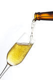 La cerveza vierte un vidrio. Imagen de archivo