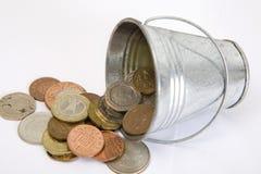 la cesta con la maneta sostiene una pila de efectivo. Imagen de archivo