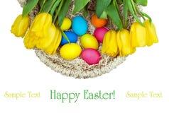 La cesta con las flores y los huevos de Pascua Fotos de archivo
