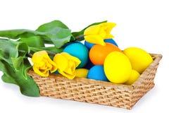 La cesta con los huevos de Pascua imágenes de archivo libres de regalías