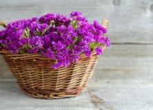 La cesta con un ramo de statice secado florece Fotos de archivo libres de regalías