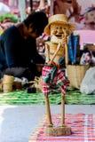 La cesta de bambú que tejía hecha a mano se aplicó para jugar el juguete fotografía de archivo
