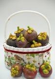 La cesta de fresco mangoesteen imagen de archivo