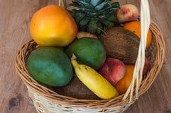 La cesta de frutas Imágenes de archivo libres de regalías