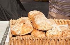 La cesta de madera de hecho en casa, cuece recientemente el pan de los panes Fotografía de archivo