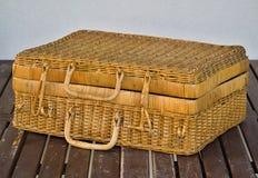 La cesta de mimbre vieja con la tapa y las manijas Fotos de archivo