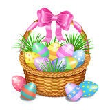 La cesta de Pascua con color pintó los huevos de Pascua en blanco