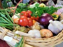 La cesta de verduras imagenes de archivo