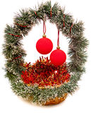 La cesta decorativa del Año Nuevo con las bolas de cristal. Aún-vida en un fondo blanco Imagenes de archivo