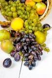La cesta grande con las frutas del otoño Imagen de archivo libre de regalías